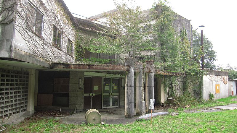 Abandoned_building_in_Matsubara-cho_-_panoramio.jpg