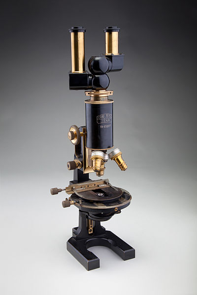 Binocular_compound_microscope%2C_Carl_Zeiss_Jena%2C_1914_%286779276516%29.jpg