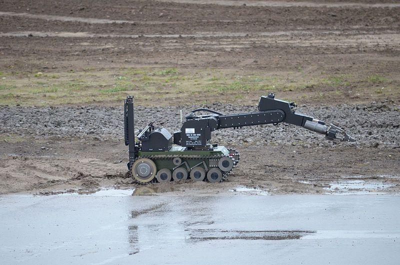 800px-IL%C3%9C_der_Bundeswehr_am_24.09.2012_--_Roboter.jpg
