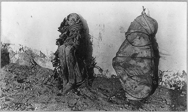 2_mummies,_Cerro_de_Pasco,_Peru_LCCN2001705568.jpg